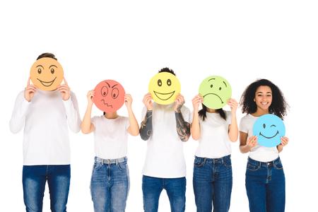 Junge multikulturelle Freunde in weißen T-Shirts mit Schildern mit Gesichtsausdrücken isoliert auf Weiß