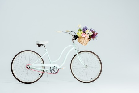 bicycle with flower basket isolated on grey Foto de archivo - 118133241