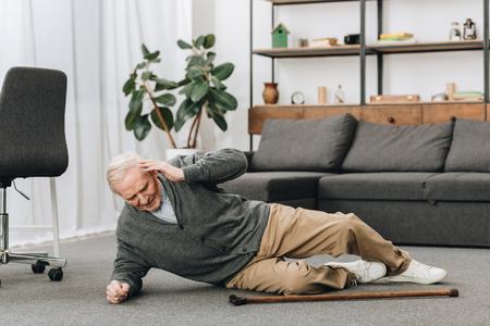 viejos cayeron al suelo y tocaron la cabeza