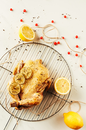 top view of fried chicken and lemons on metal grille with berries and string Zdjęcie Seryjne