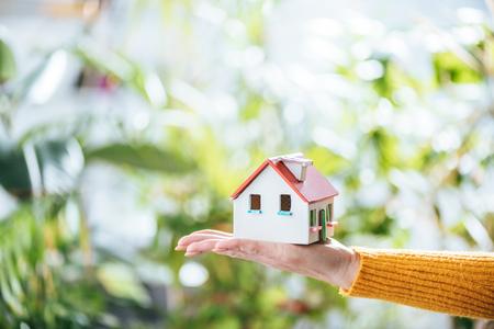 mise au point sélective du modèle de maison en carton dans la main de la femme, concept d'efficacité énergétique à la maison Banque d'images