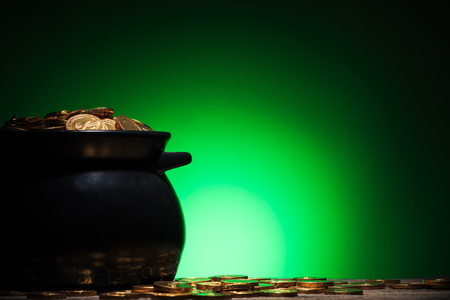 pot with golden coins on st patricks day on green background Stok Fotoğraf - 117878232