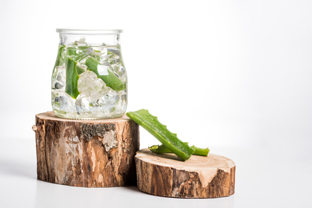 Studio shot of glass jar with ice cubes and aloe vera leaves Stockfoto