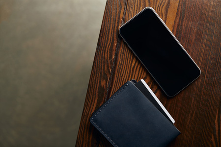 top view of wallet with credit card and smartphone with blank screen Banque d'images