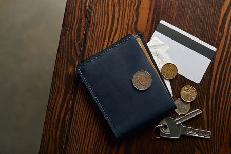 top view of wallet with credit card, coins, cheque and keys Stockfoto