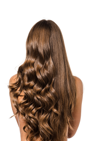 Vista posterior de la niña con cabello castaño largo rizado y recto aislado en blanco