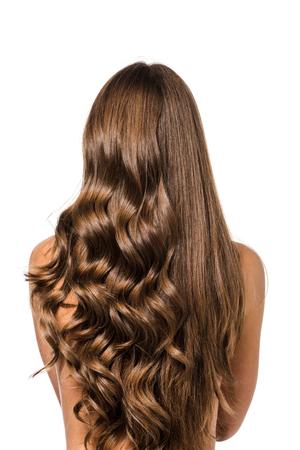 vista posteriore della ragazza con capelli castani lunghi ricci e lisci isolati su bianco