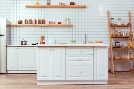 conception de cuisine moderne avec des meubles blancs et des carreaux sur fond Banque d'images
