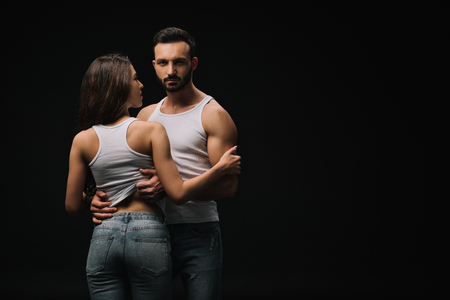 Couple en maillots blancs et jeans isolated on black