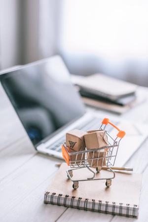 selectieve focus van decoratieve pakketten in speelgoedkar op houten bureau