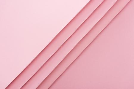 Draufsicht auf leere und leere Blätter auf rosafarbenem Hintergrund mit Kopierraum Standard-Bild
