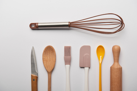 flat lay with cooking utensils on grey background Imagens