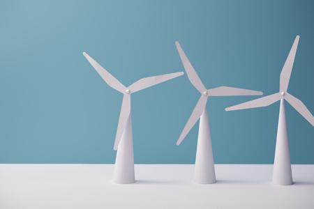 modèles de moulin à vent sur table blanche et fond bleu Banque d'images