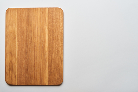 top view of empty wooden chopping board on grey background 版權商用圖片