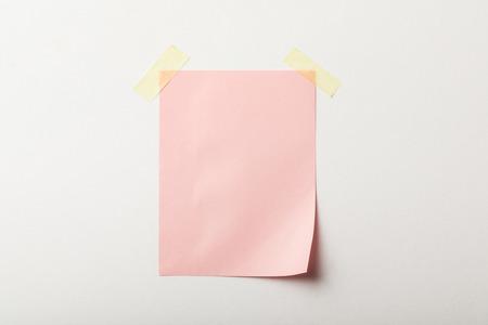 różowy czysty papier z taśmą klejącą na białym tle Zdjęcie Seryjne