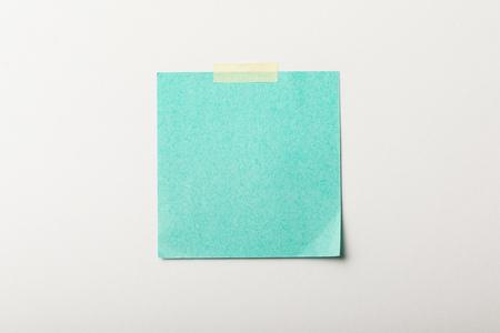 turquoise lege sticker met plakband op witte achtergrond Stockfoto