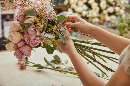 florist making bouquet of roses and peonies at workspace Stok Fotoğraf - 118535011