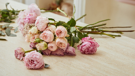 bouquet with roses and peonies on table at flower shop Stockfoto
