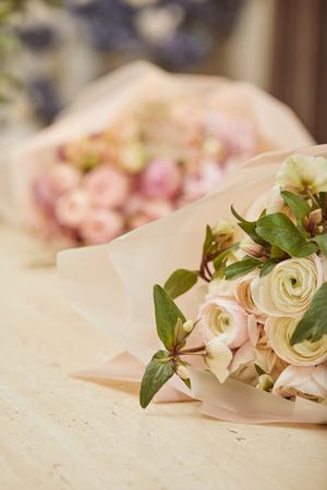 selective focus of bouquet of white peonies on table Stockfoto