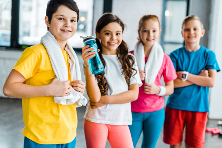 Group of kids with towels posing after training together Stockfoto