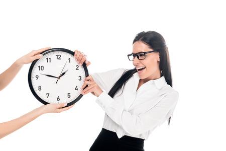 Schreiende irritierte Geschäftsfrau mit Brille, die die Uhr isoliert auf weiß hält