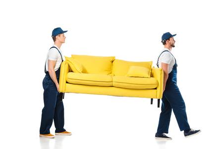vue latérale de deux déménageurs transportant un canapé jaune sur blanc