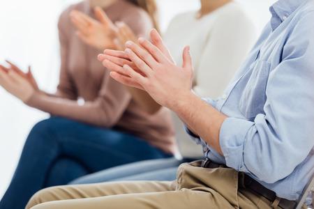 vue recadrée de personnes assises et applaudissant pendant la séance de thérapie de groupe