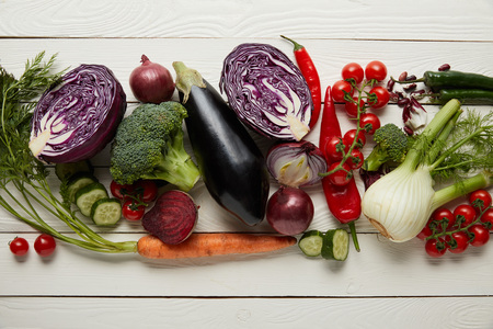 Top view of fresh vegetables on textured wooden surface Standard-Bild - 120075956