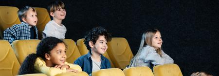 photo panoramique d'amis multiculturels passant du temps ensemble au cinéma