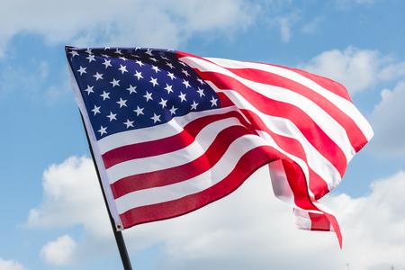 opinión de ángulo baja, de, barras y estrellas, en, bandera americana, contra, cielo azul