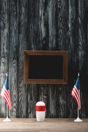 empty black board near funeral urn with ashes and american flags Foto de archivo - 120074235