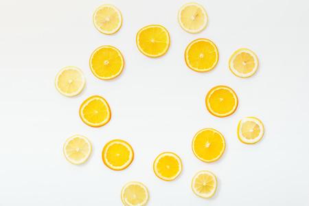 Plat leggen met sappig gesneden fruit op wit oppervlak Stockfoto