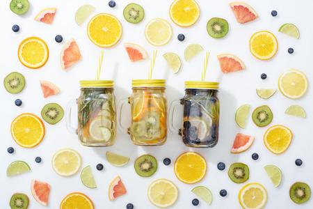 Vista superior de frascos con fruta.
