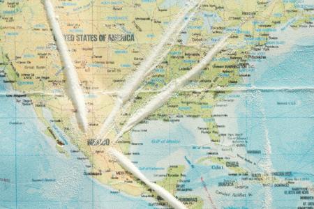 Vista superior de la cocaína en el colorido mapa del mundo