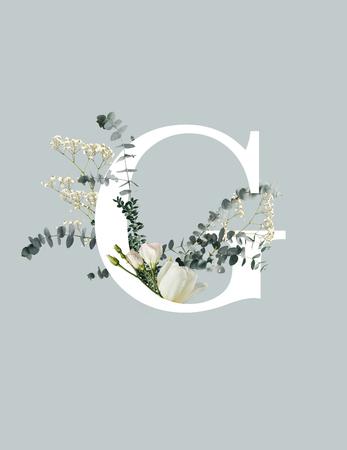 Witte letter C met wilde bloemen, knoppen en groene bladeren geïsoleerd op een grijze achtergrond Stockfoto