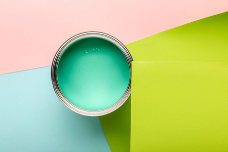 Top view of tin with green paint on colorful surface Standard-Bild - 122291826