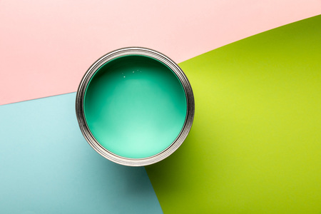 Top view of tin with green paint on colorful surface Standard-Bild - 122292504
