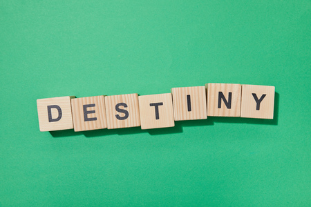 Vue de dessus des blocs de bois avec des lettres sur une surface verte Banque d'images