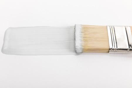Vue rapprochée du pinceau et coup de pinceau isolé sur fond blanc Banque d'images