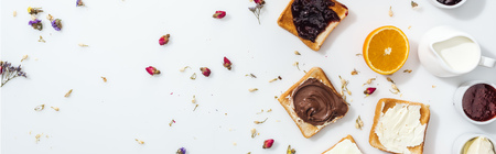 Panoramic shot of toasts with jam, chocolate cream and cream cheese near dried flowers on white background Banque d'images - 122292925