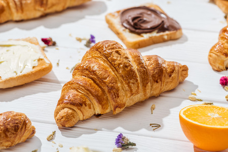Selective focus of croissant near toast with chocolate cream on white background Banque d'images - 122293083