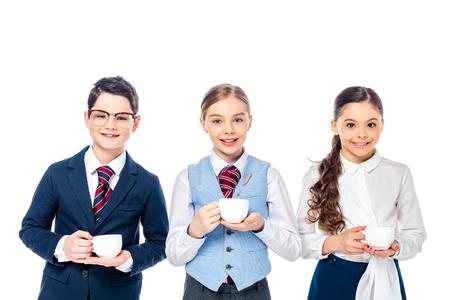 glückliche Schulkinder, die vorgeben, Geschäftsleute mit Kaffeetassen zu sein, isoliert auf Weiß