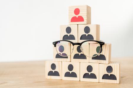 Management-Hierarchie-Pyramide und Brille auf Weiß mit Kopierraum