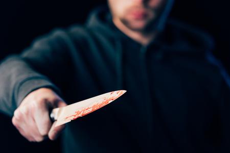 Selektiver Fokus des Killers mit Messer isoliert auf Schwarz