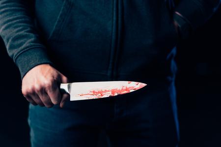 vue recadrée de meurtrier tenant un couteau isolé sur fond noir
