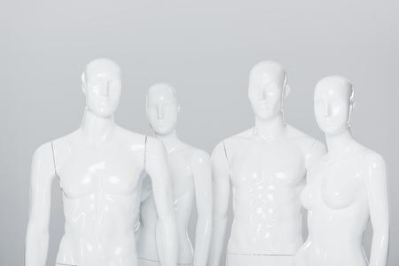Mannequins en plastique blanc isolés sur gris