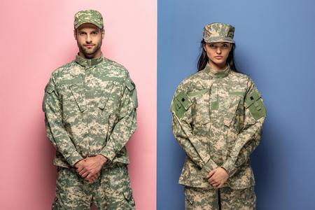 hombre y mujer en uniforme militar mirando a la cámara en azul y rosa