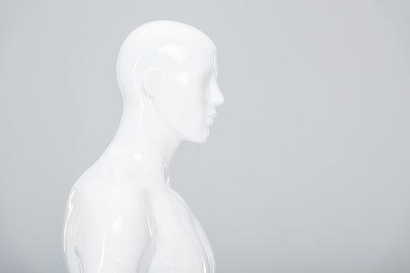 weiße Plastikpuppe isoliert auf grau mit Textfreiraum