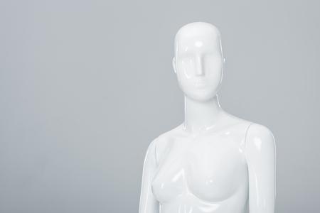 weiße Plastikfigur isoliert auf grau mit Kopierraum Standard-Bild