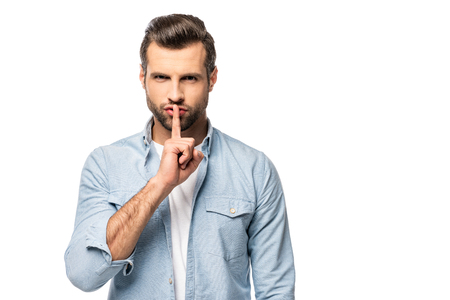 Mann mit Finger auf den Mund, isoliert auf weiss mit Textfreiraum